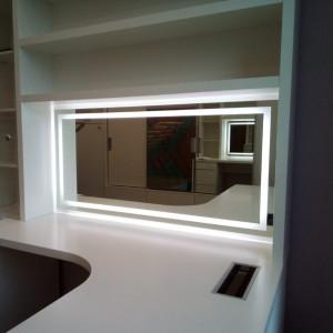 Зеркало со световой полосой по периметру с отступом от краёв в ванной