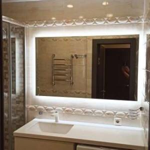 Прямоугольное зеркало с подсветкой по периметру в ванной комнате