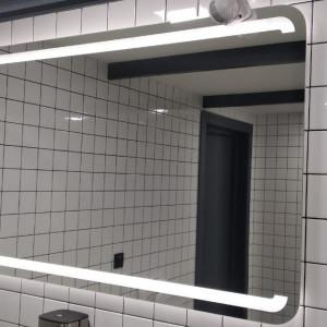 Прямоугольное широкое зеркало с подсветкой в ванной комнате
