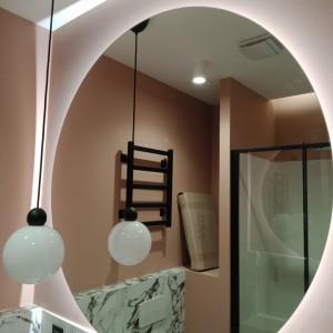 Зеркало с эмбилайт подсветкой в ванной комнате