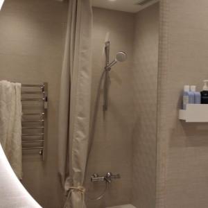 Полукруглое зеркало с подсветкойв ванной комнате