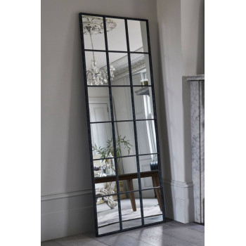 Напольное большое зеркало-окно в металлической раме Монтгомери